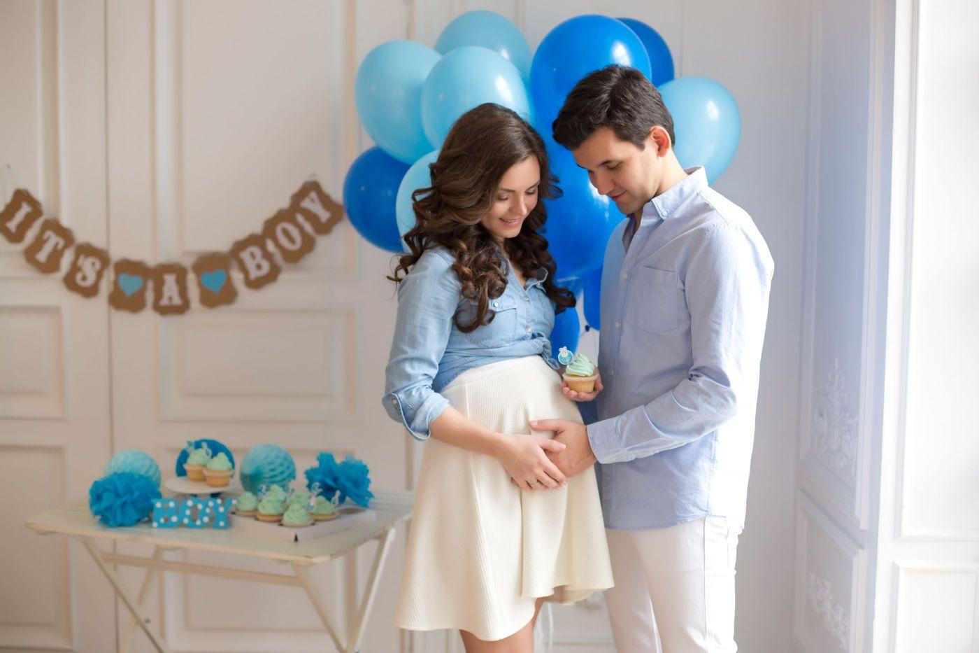 pareja en un baby shower tocando la barriga de la futura mama