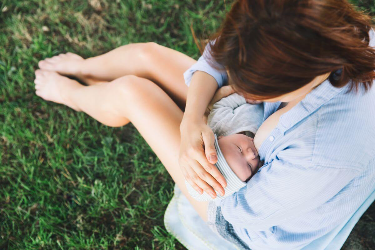 Madre primeriza dando de lactar a su bebe